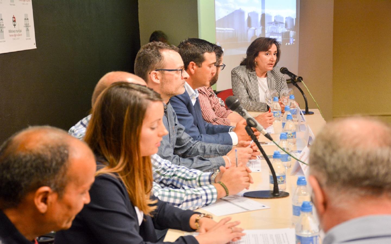 La situación de los temporeros, a debate en una mesa redonda organizada por Servicios Sociales y Cáritas